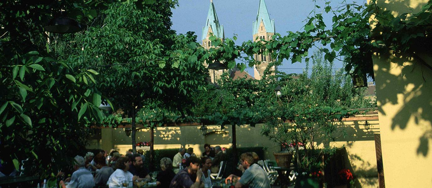Garten mit Kirche
