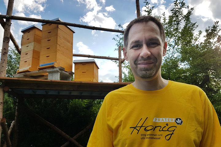 Imker Peter Blaha vor seinen Bienenvölkern