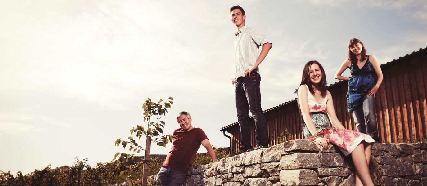 Familie Kroiss sitzt auf Mauer