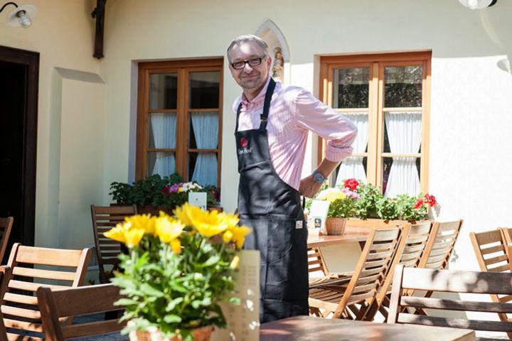 Martin Obermann im Hof seines Buschenschanks